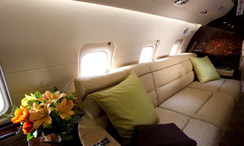 Stehhöhe und separate Räume im VIP Jet