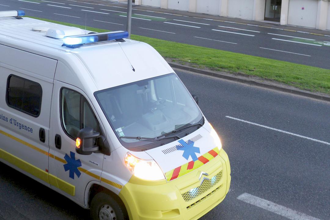 Ambulance vers l'aéroport lors d'un vol sanitaire par avion