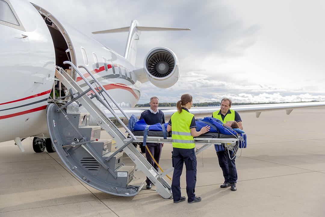Patient wird in Ambulanzflugzeug verladen