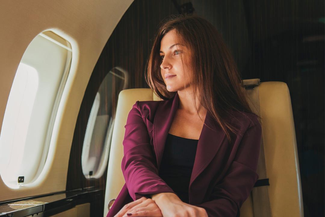 Frau im Privatjet