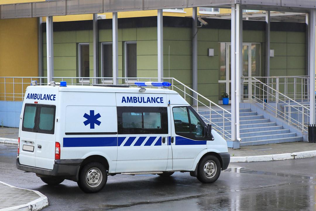 Ambulance en attente du patient aux portes de l'hôpital