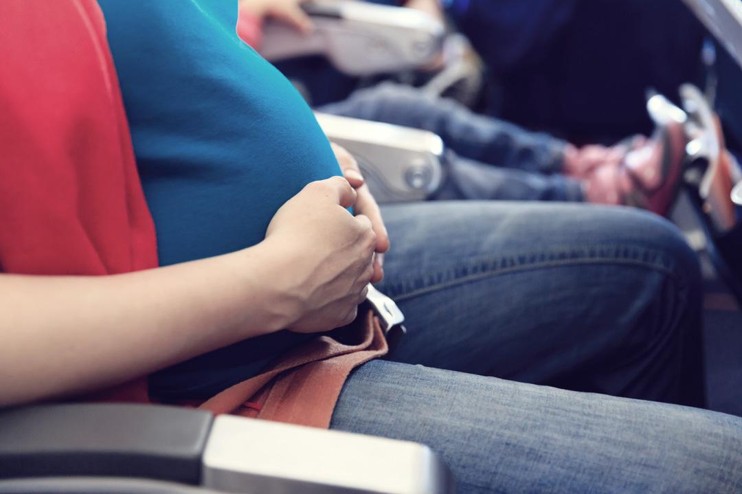 Babybauch im Flugzeug