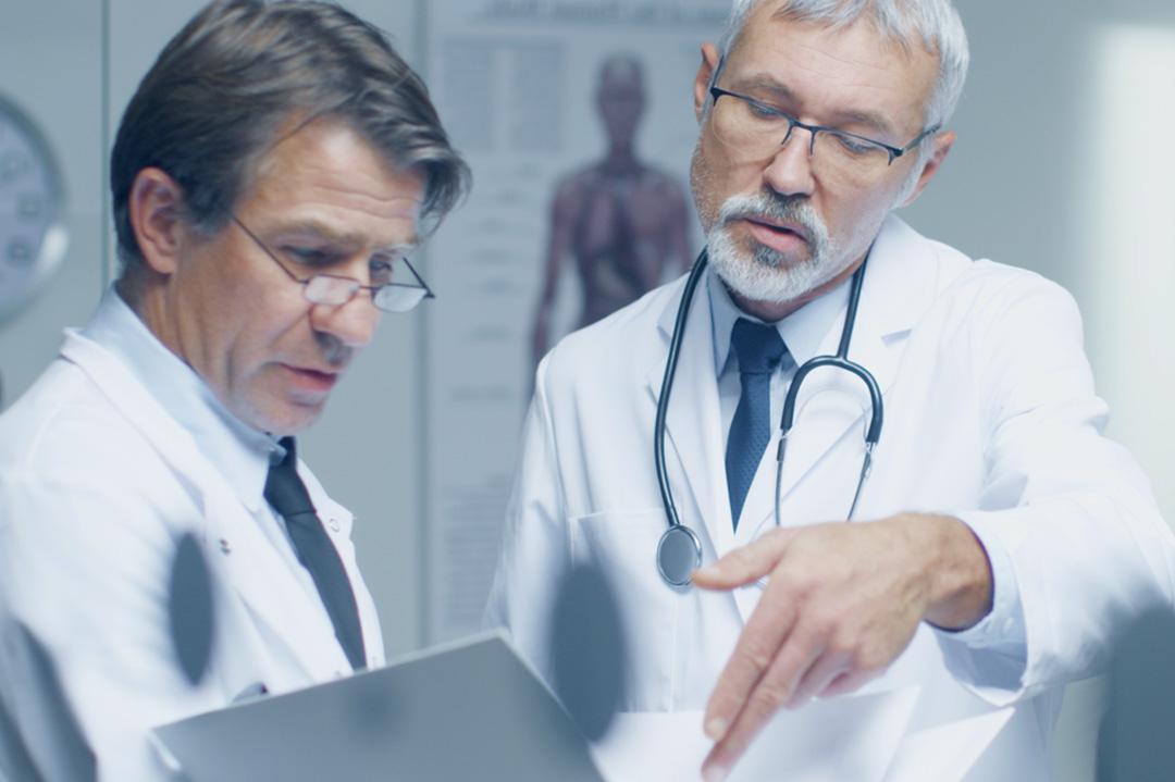 Ärzte beraten sich über einen Patienten