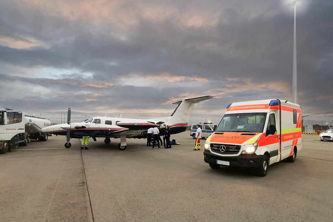 Krankenwagen neben Ambulanzflugzeug