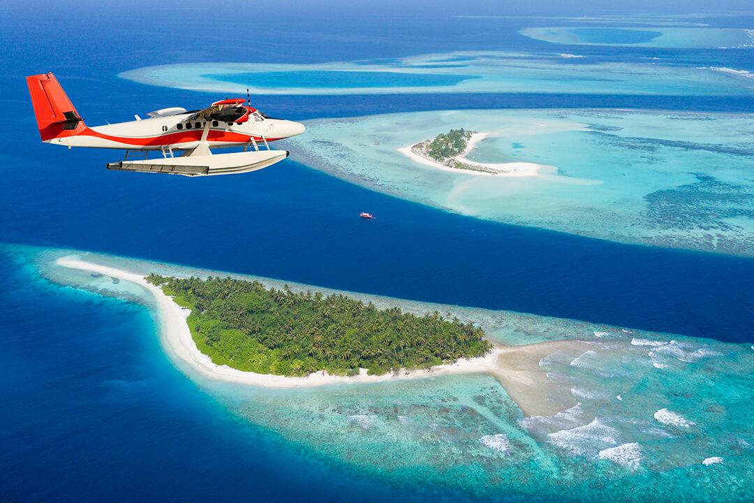 Wasserflugzeug über einer Inselgruppe