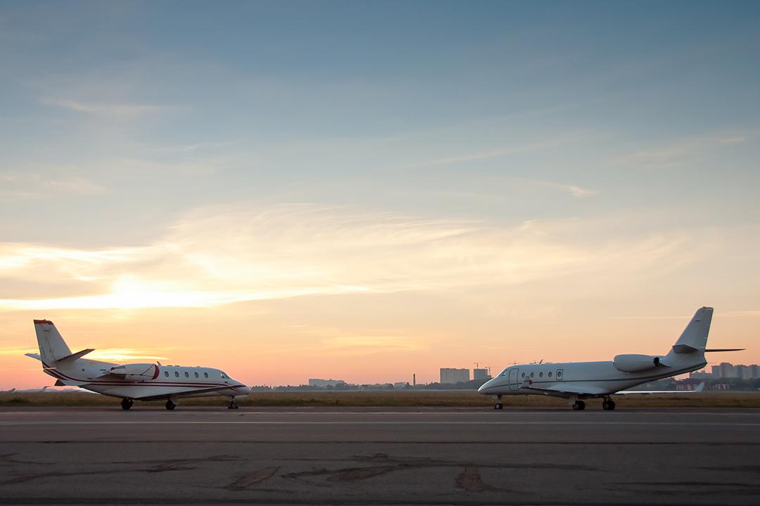 Wing-to-wing: Zwei Flugzeuge am Flughafen