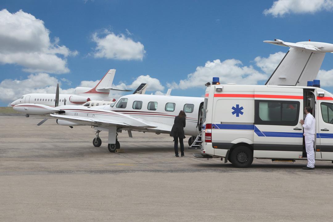Transfert « de lit à lit » de l'ambulance à l'avion sanitaire