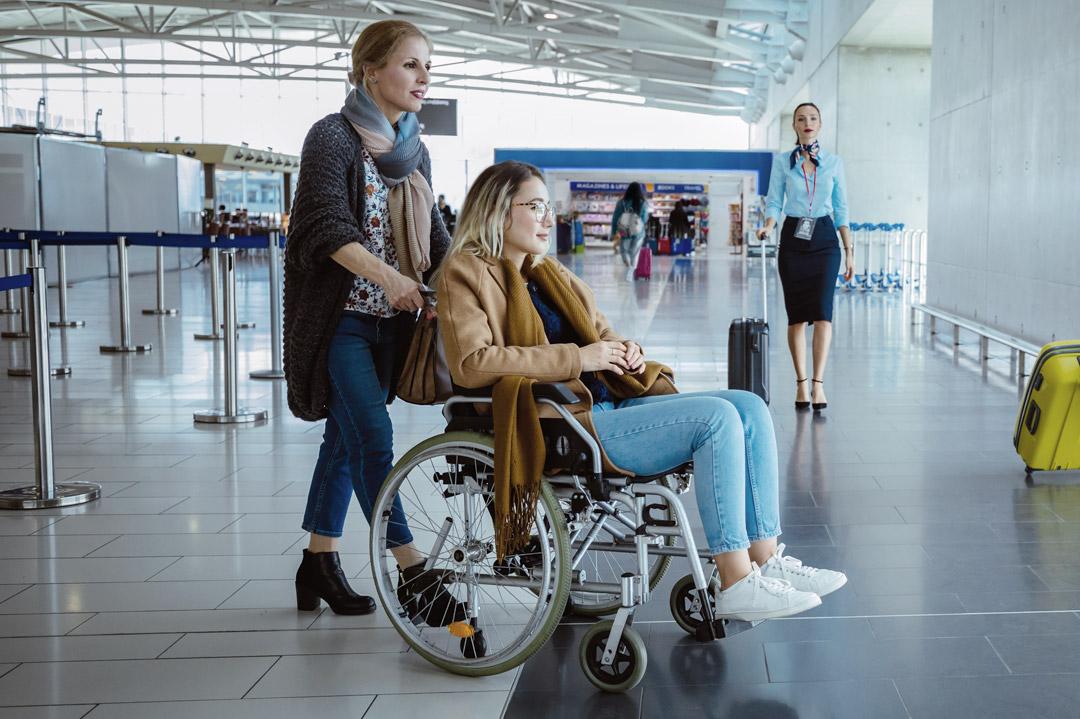 Fluggast mit Rollstuhl am Flughafen