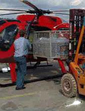 Beladung eines Hubschraubers