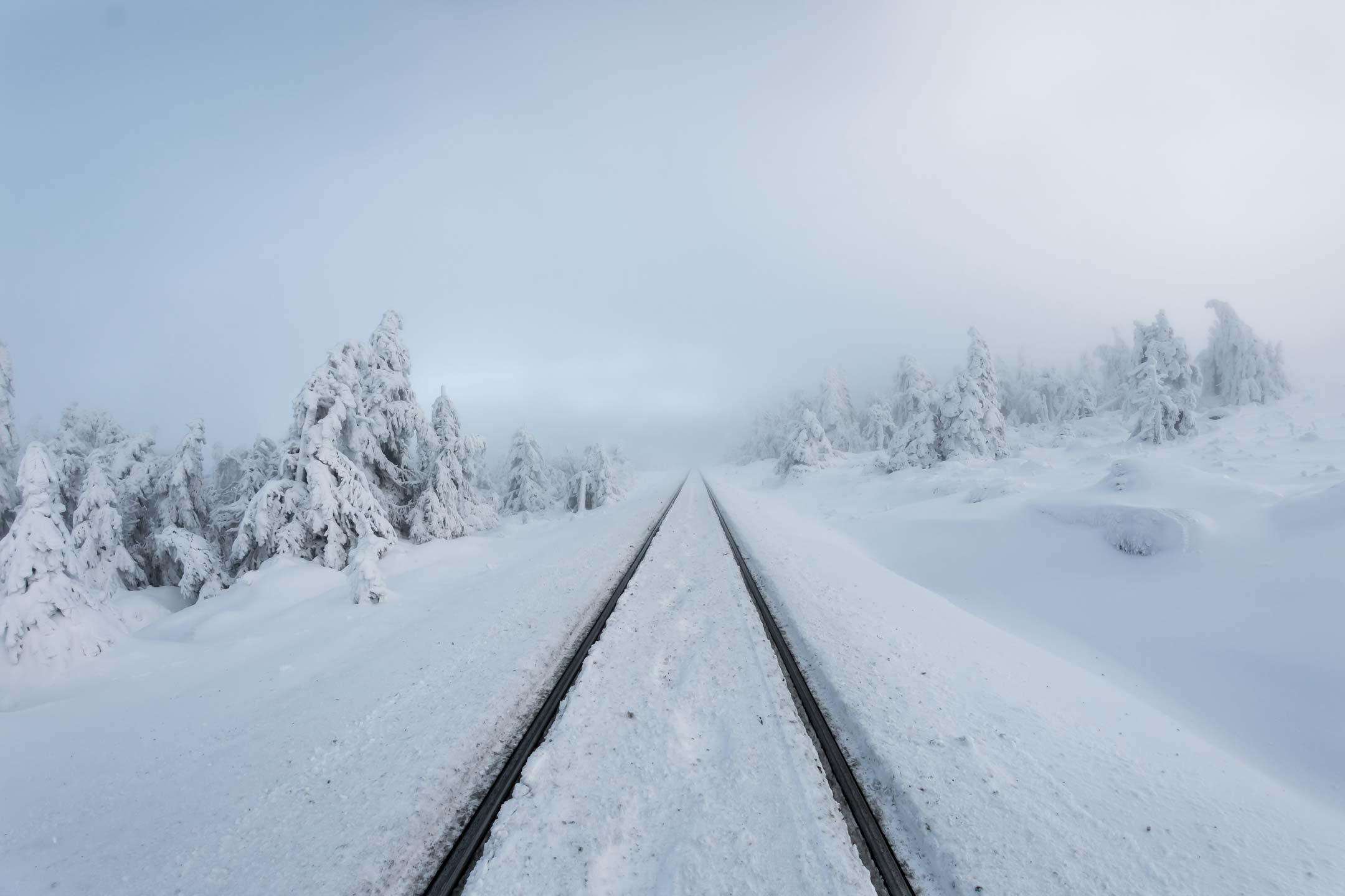 Bahnstrecke mit Schnee