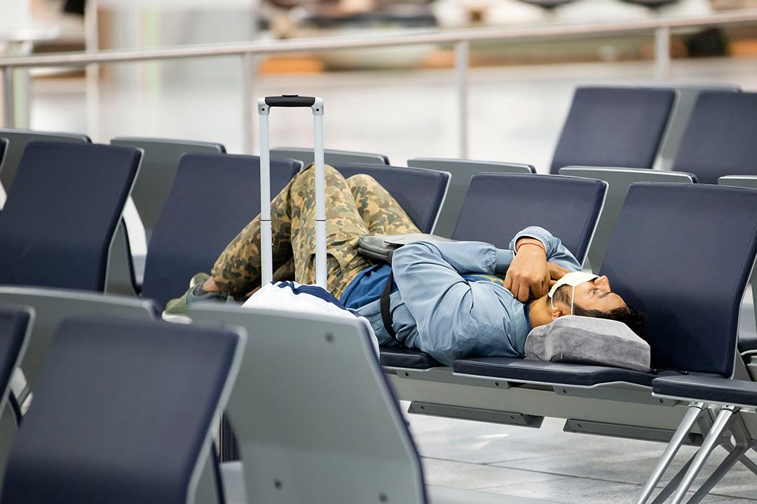 Mann mit Mundschutz am Flughafen