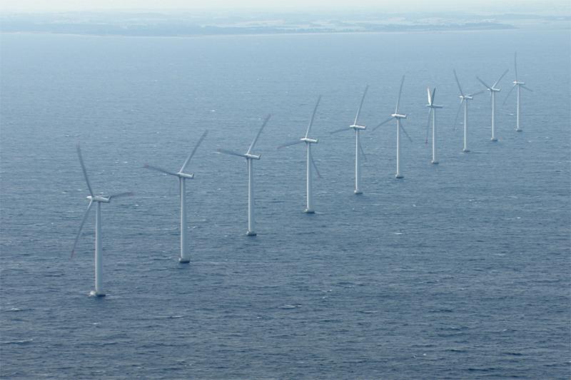 Luftaufnahme eines Windparks bei Samsö