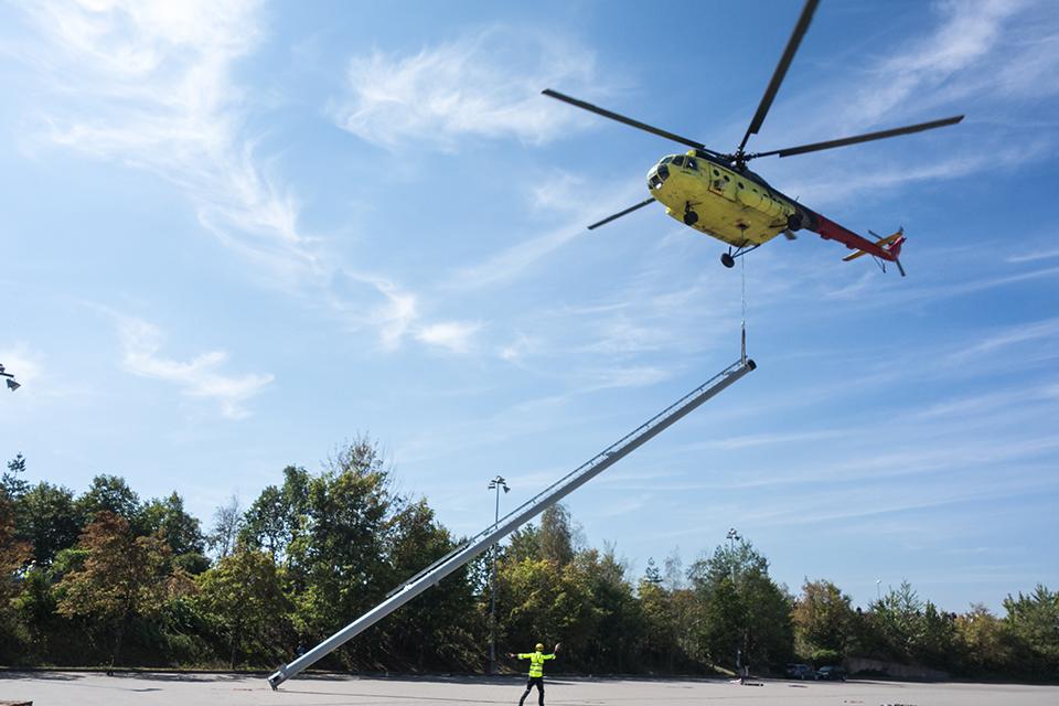 Mi-8 hebt Schornstein