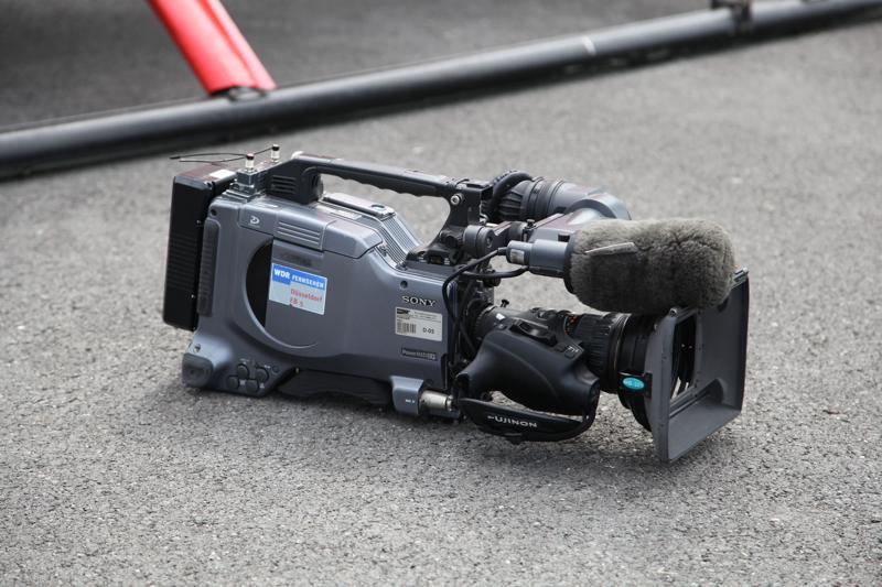 Filmkamera vor Helikopterkufe