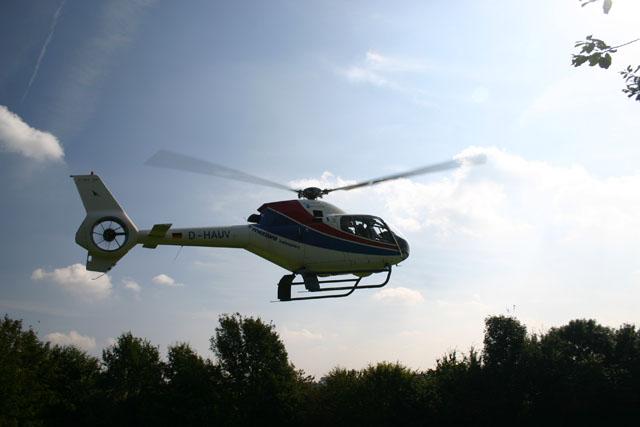 Automobilhersteller präsentiert mit Helikopter