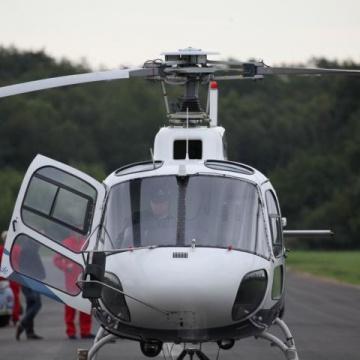 Auto am Hubschrauber