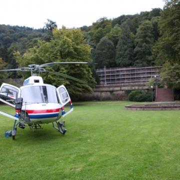 Fahnenmastmontage via Helikopter